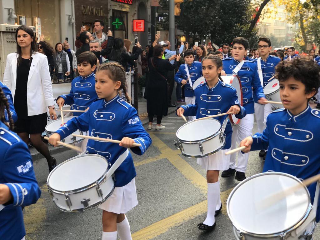 fmv-isik-okulu-bandosu-cumhuriyet-yuruyusu3.jpg